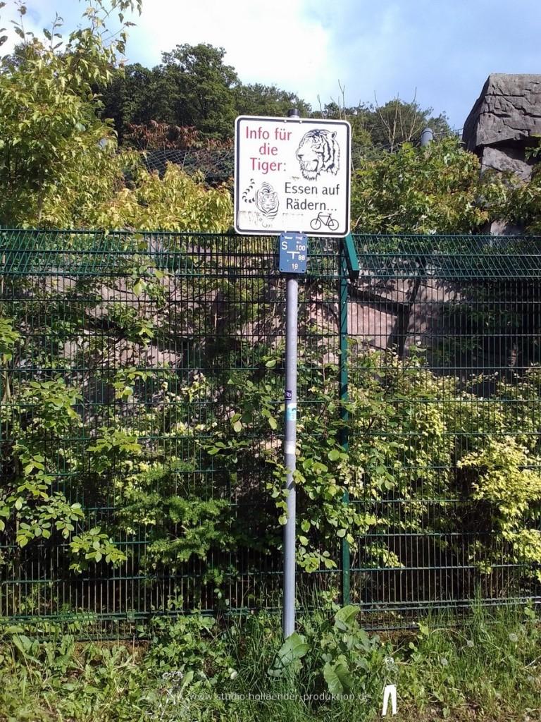 lustiges Schild auf der Sambatrasse, vor der Brücke am Tigergehege